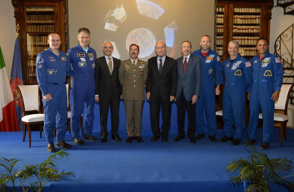 il-capo-di-sme-insieme-agli-astronauti-e-al-generale-angioni-ex-comandante-di-paolo-nespoli-e-il-generale-errico-gia-capo-di-sme