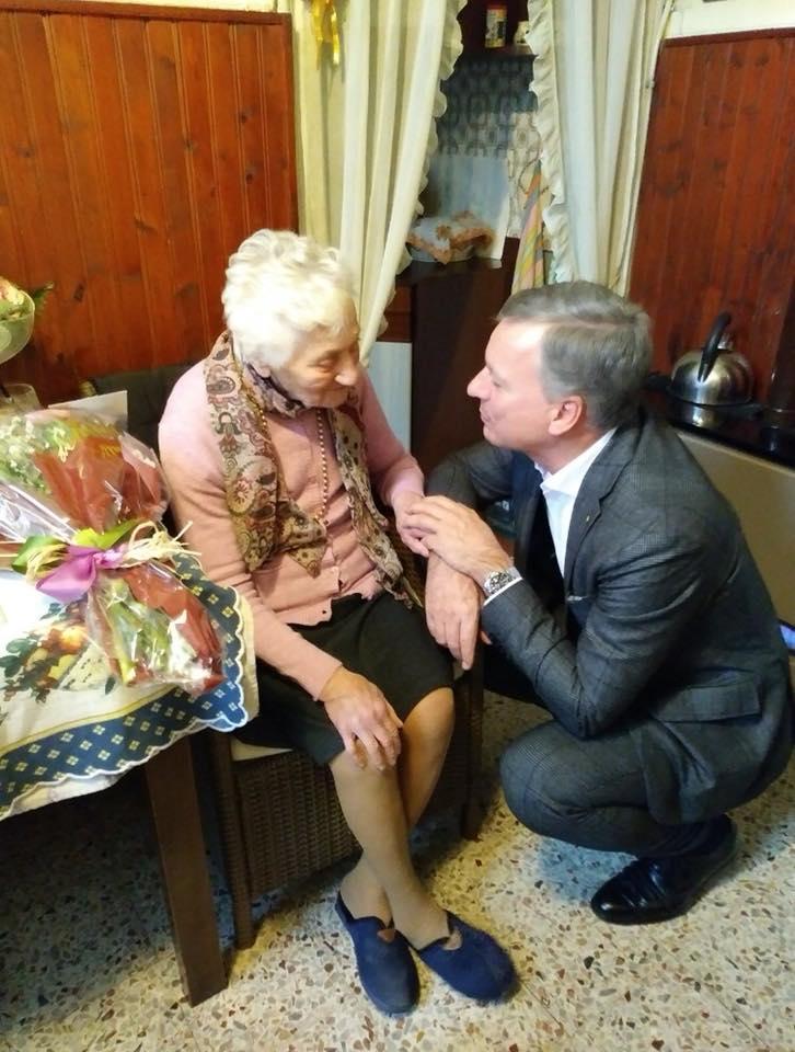 Il Sindaco Dario Allevi porge gli auguri a nonna Florinda
